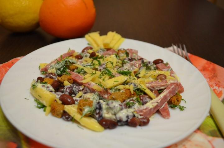 Миниатюра к статье Интересный салат с фасолью и копченой колбасой