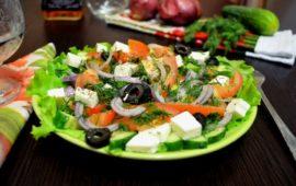 Деревенский греческий салат с фетаксой: мой излюбленный летний рецепт