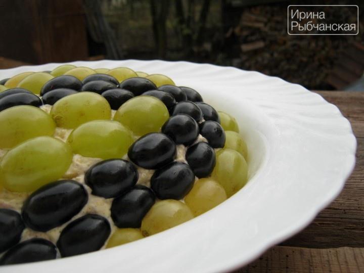 Салат Тиффани с виноградом на столе