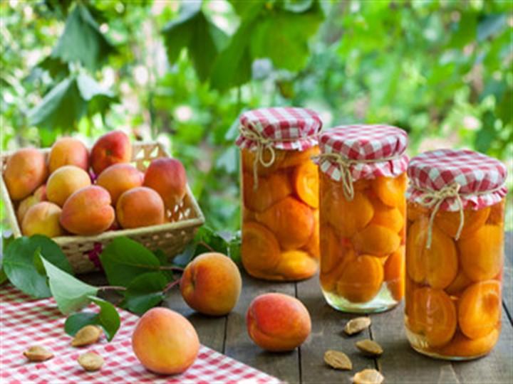 Дольки абрикосов в сиропе на зиму - нас столе стоят банки