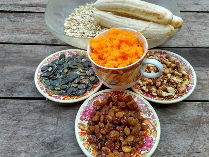 Ингредиенты для постного овсяного печенья с бананами, тыквой, орехами, изюмом